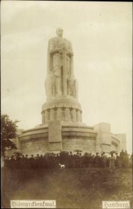 Ak Hamburg Mitte Neustadt, Blick auf das Bismarckdenkmal, Besucher