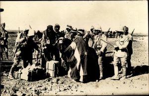 Foto Ak Syrien, Männer in traditioneller Kleidung, Soldaten