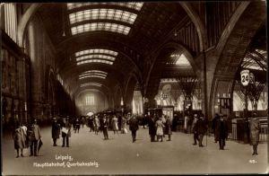 Ak Leipzig in Sachsen, Blick in den Hauptbahnhof, Querbahnsteig, Gleis 24, 23, 22, 21, Passanten