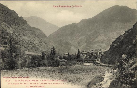 Ak Sant Julià de Lòria Andorra, Ortspanorama aus der Ferne, Straßenpartie