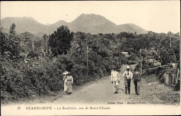 Ak Guadeloupe, La Soufriere, vue de Saint Claude, Straßenpartie im Ort