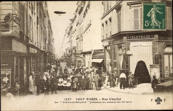 Ak Paris, Rue Charlot, Le Clement Bayard passant au dessus du IIIe arrt., Geschäfte, Anwohner