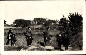 Foto Ak China, Chinesen auf einem Feld, Mütter, Kinder