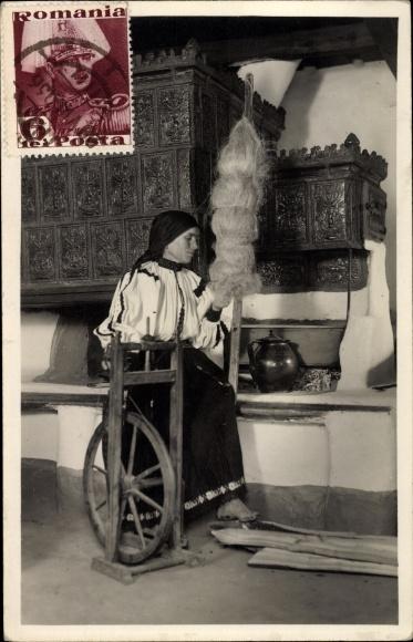 Foto Ak Rumänien, Rumänische Frau beim Spinnrad