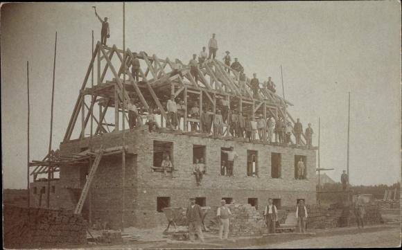 Foto Ak Großwusterwitz Wusterwitz in Brandenburg, Hausbaustelle, Ziegelsteine, Arbeiter, Maurer