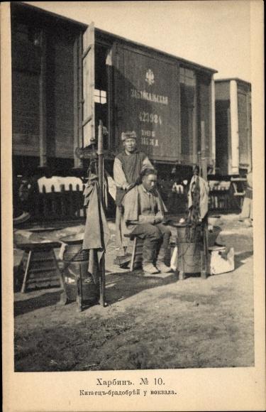 Ak Harbin China, Chinesischer Friseur am Bahnhof, Güterzüge