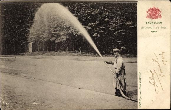 Ak Bruxelles Brüssel, Arroseur au Bois, Mann bewässert mit Schlauch den Wald, Sprinkler