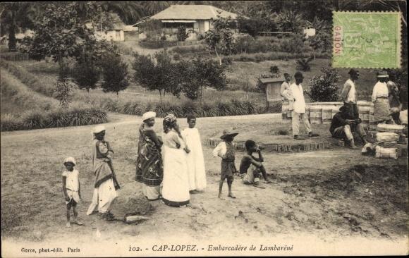 Ak Cap Lopez Gabun, Embarcadère de Lambaréné, Frauen in traditioneller Kleidung 0