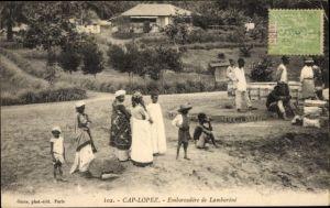 Ak Cap Lopez Gabun, Embarcadère de Lambaréné, Frauen in traditioneller Kleidung