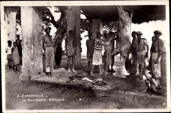 Ak Brazzaville Franz. Kongo, La Boucherie Militaire, Metzger bei der Arbeit