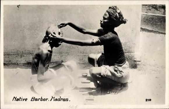 Ak Chennai Madras Indien, Native Barber, Indischer Barbier, Friseur mit einem Kunden