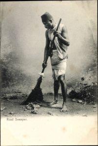 Ak Indien, Road Sweeper, Indischer Straßenkehrer mit Besen