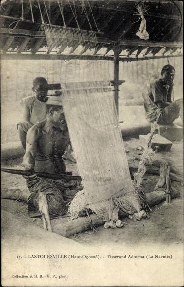 Ak Lastoursville Gabun, Tisserand Adouma, La Navette, Weber bei der Arbeit