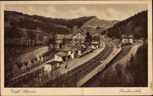 Ak Barthmühle Pöhl im Vogtland, Blick auf den Bahnhof, Gleisseite