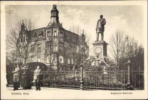 Ak Düren in Nordrhein Westfalen, Partie am Bismarck Denkmal, Passanten