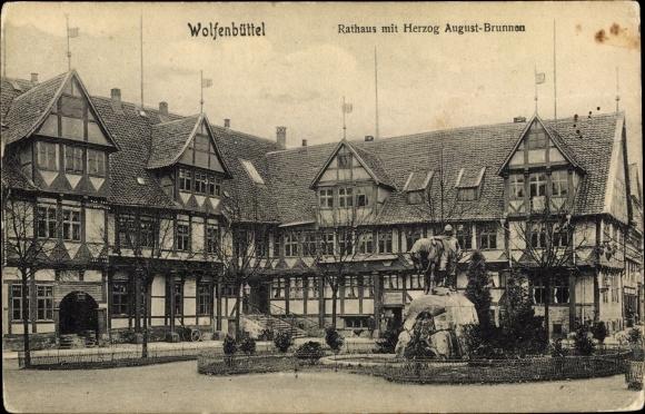 Ak Wolfenbüttel in Niedersachsen, Rathaus mit Herzog August Brunnen