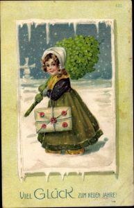 Präge Litho Glückwunsch Neujahr, Mädchen mit Kleeblätterstrauß, Brief, Schneelandschaft