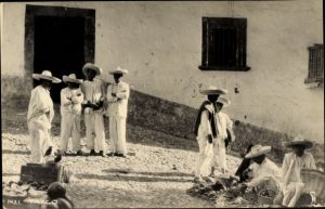 Foto Ak Taxco Mexiko, Männer in traditioneller Kleidung, Markt