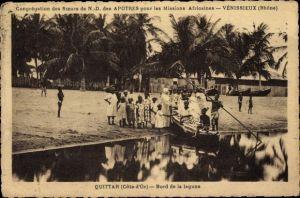 Ak Quittah Ghana, Bord de la lagune, Afrikaner mit Boot am Ufer, Missionsschwester