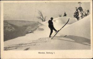 Ak Anleitung zum Wenden mit Skiern, Stellung 1, Skifahrer im Schnee