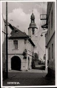 Foto Ak Ostritz in der Oberlausitz, Blick durch eine Gasse im Ort zur Kirche, Zittauer Straße