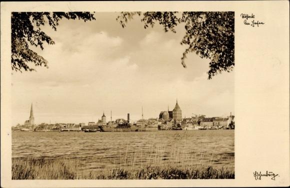 Ak Rostock in Mecklenburg Vorpommern, Uferpartie mit Blick zum Ort, Hafen