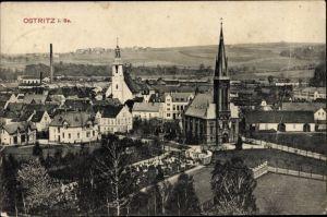 Ak Ostritz in der Oberlausitz, Totalansicht vom Ort, Kirche