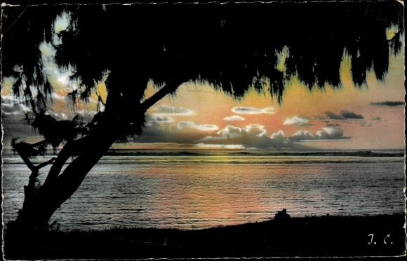 Ak St. Gilles les Bains La Reunion, Coucher de soleil, Sonnenuntergang, Blick aufs Meer