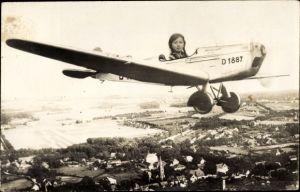 Foto Ak Mädchen in einem Flugzeug, Fotomontage, D-1887