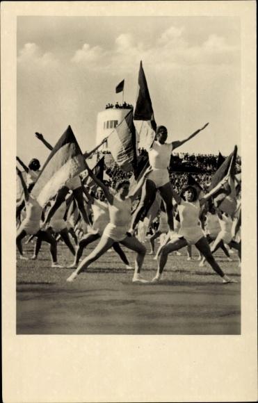 Ak Berlin Mitte, Turner mit Fahnen bei einem Turnfest, Zuschauer, Walter Ulbricht Stadion