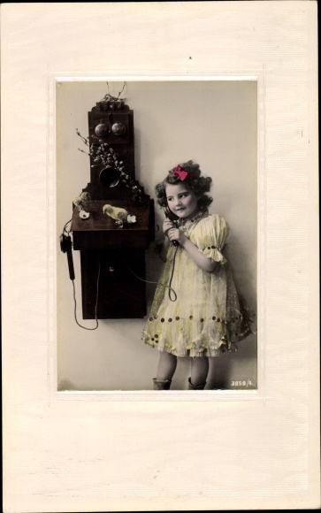 Präge Passepartout Ak Mädchen am Telefon, Glückwunsch Ostern, Küken