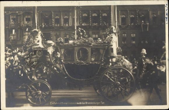 Ak Kronprinzessin Cecilie von Preußen, Einfahrt durch das Brandenburger Tor, Goldene Kutsche