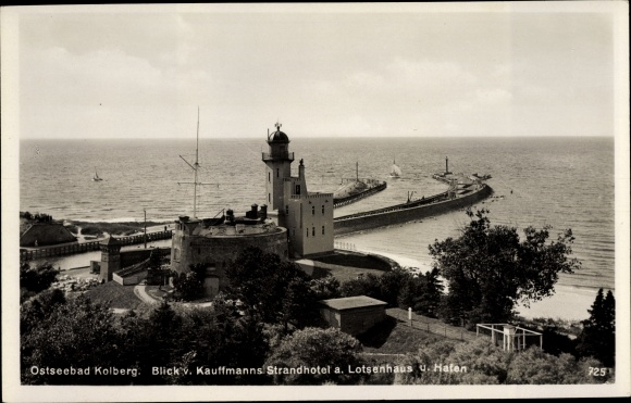 Ak Kołobrzeg Kolberg Pommern, Blick von Kauffmanns Strandhotel, Lotsenhaus, Hafen, Leuchtturm