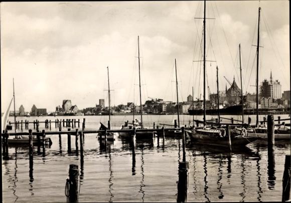 Ak Rostock in Mecklenburg Vorpommern, Warnowpartie, Hafen und Blick auf die Stadt