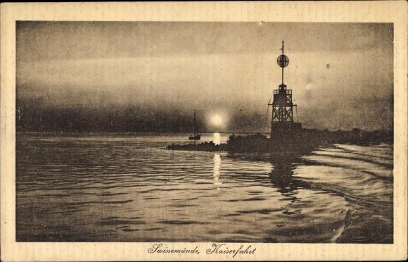 Ak Świnoujście Swinemünde Pommern, Kaiserfahrt, Hafeneinfahrt bei Sonnenuntergang