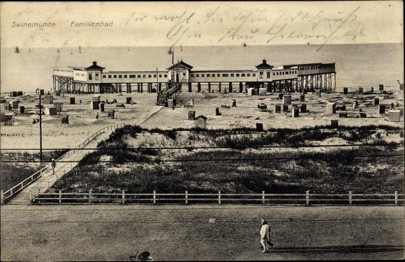 Ak Świnoujście Swinemünde Pommern, Blick auf das Familienbad mit Seebrücke