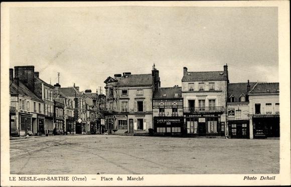 Ak Le Mesle sur Sarthe Orne, Place du Marché, Blick über den Marktplatz, Café du Commerce