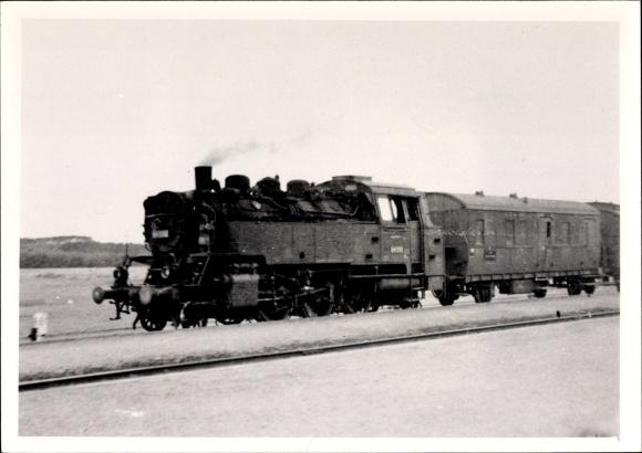 Foto Ak Deutsche Eisenbahn, Dampflokomotive mit Waggons auf der Strecke