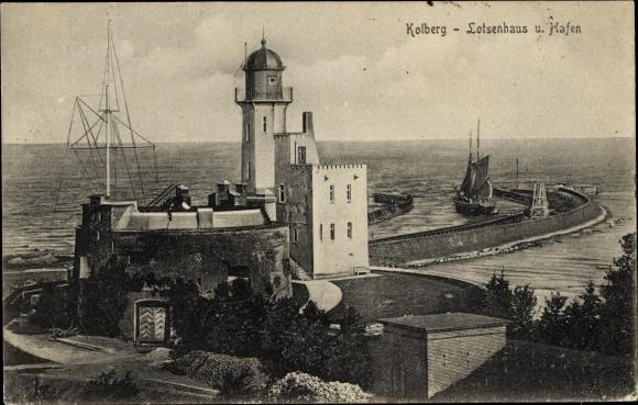 Ak Kołobrzeg Kolberg Pommern, Blick auf das Lotsenhaus, Hafen