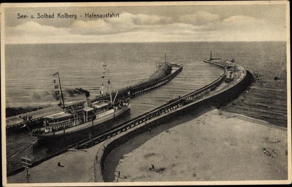Ak Kołobrzeg Kolberg Pommern, Blick auf die Hafenausfahrt, Schiff