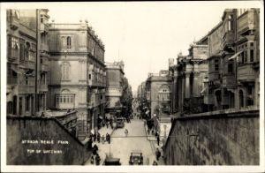Foto Ak Valletta Malta, Strada Reale from top of Gateway, Straßenpartie in der Stadt