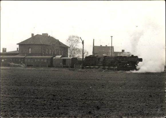 Foto Ak Röblingen am See?, Dampflokomotive in einem Bahnhof, deutsche Eisenbahn