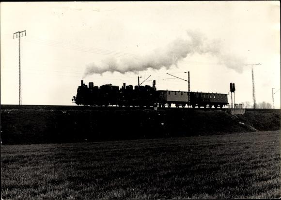 Foto Ak Deutsche Eisenbahn, Dampflokomotive mit Waggons auf der Strecke bei Dresden