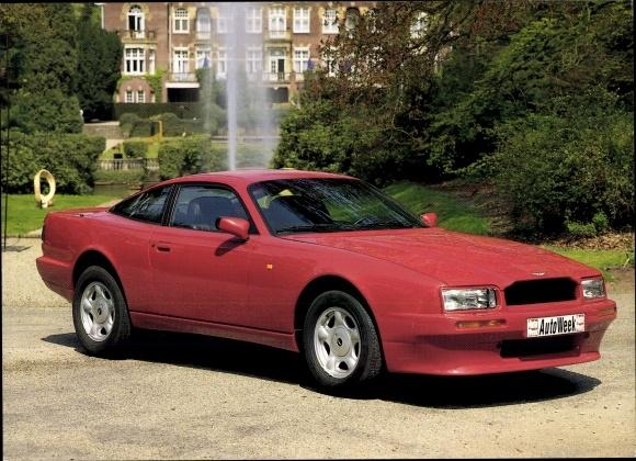 Ak Aston Martin Virage, Roter Sportwagen in einem Schlosspark, Auto Week