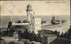 Ak Kołobrzeg Kolberg Pommern, Lotsenhaus und Hafeneinfahrt, Segelschiff