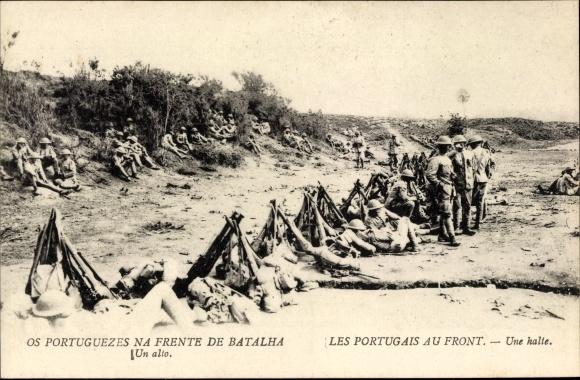 Ak Les Portugais au Front, une halte, portugiesische Soldaten, Gewehre