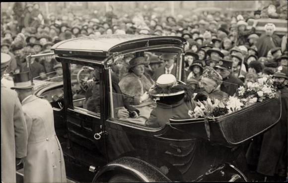 Foto Ak Niederländische Königsfamilie, Juliana der Niederlande, Emma von Waldeck und Pyrmont, Auto