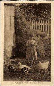 Ak Russische Typen, Eine kleine Bäuerin, Mädchen füttert Enten und Hühner