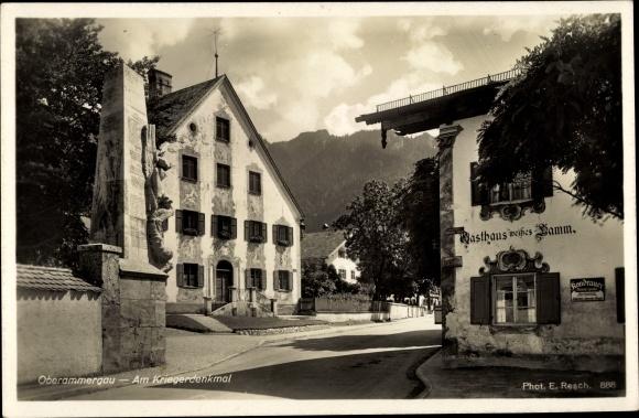 Ak Oberammergau in Oberbayern, Partie am Kriegerdenkmal, Gasthaus weißes Lamm