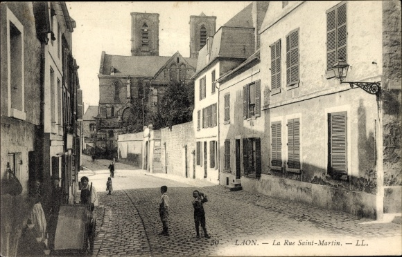 Ak Laon Aisne, La Rue Saint Martin, Straßenpartie mit Blick zur Kirche, Kinder